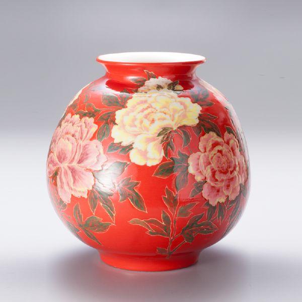 蘇世雄-雕釉紅底牡丹花紋罐