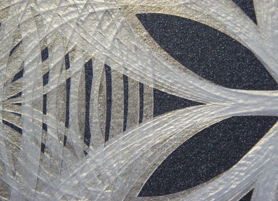 此作品使用壓克力顏料當中的折光色色系、金屬色系,並且選擇繪製在不同的黑金色背景之上。