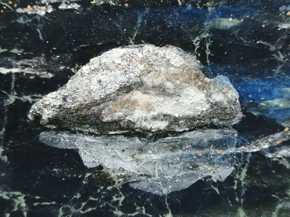 礦物顏料推積的獨特立體感